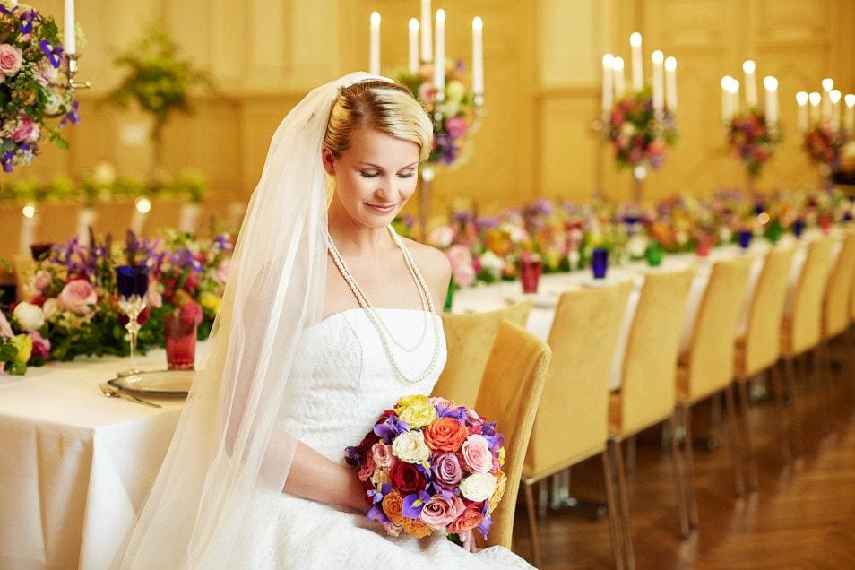 Brautkleid mit buntem Brautstrauß