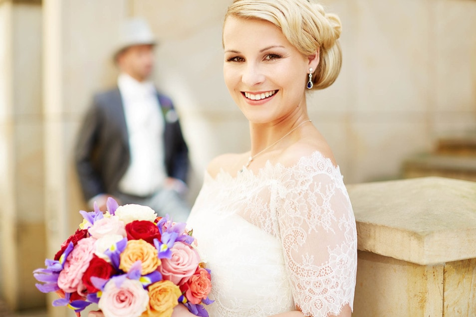 Braut mit Bolero im Freien