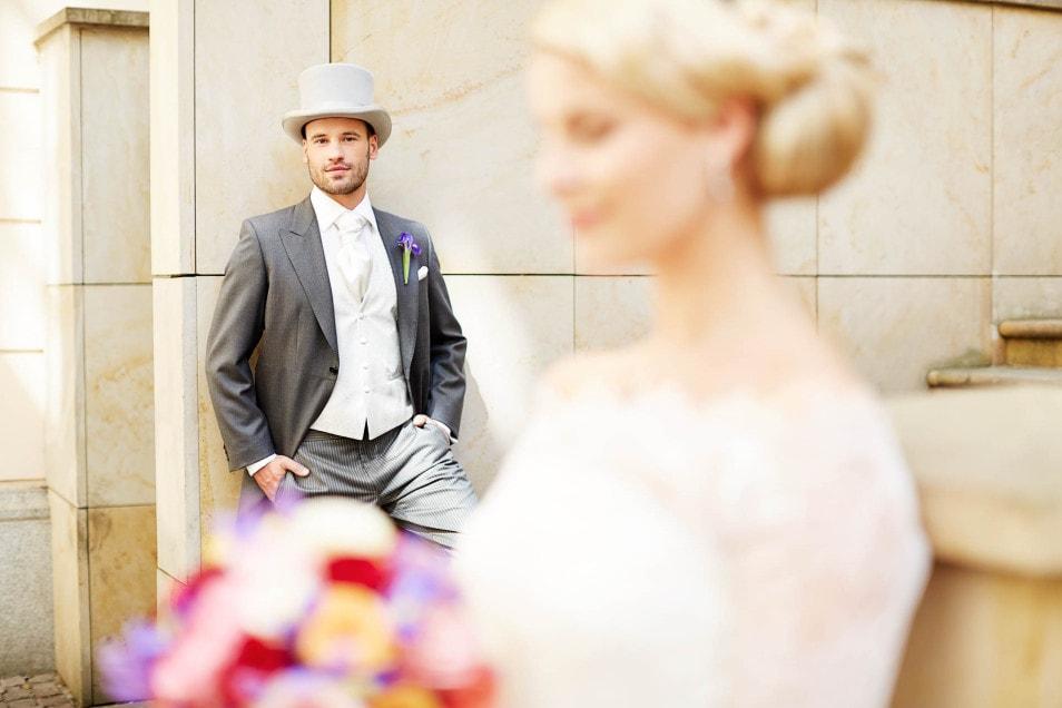 Bräutigam auf der Treppe