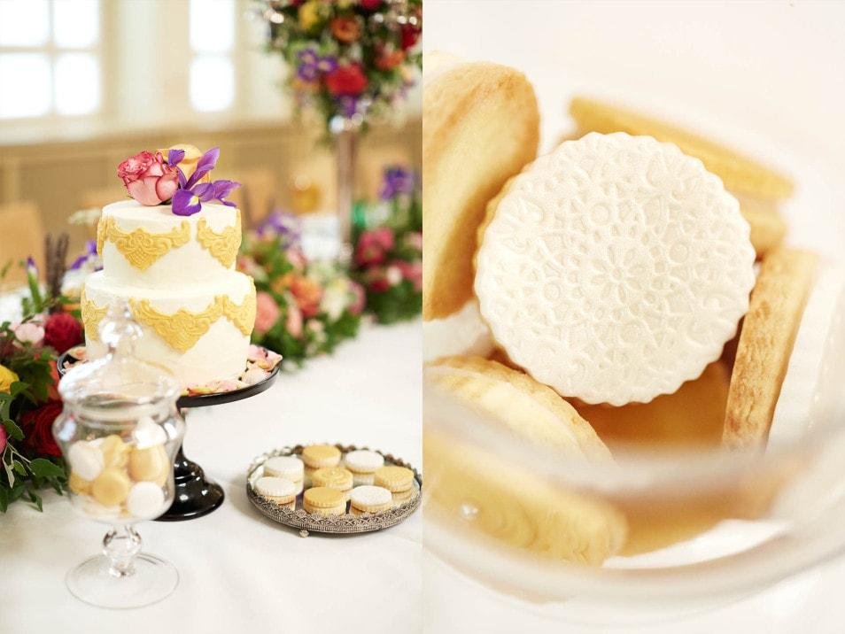 Hochzeitstorte und Kekse in goldtönen passend zu Barock Thema