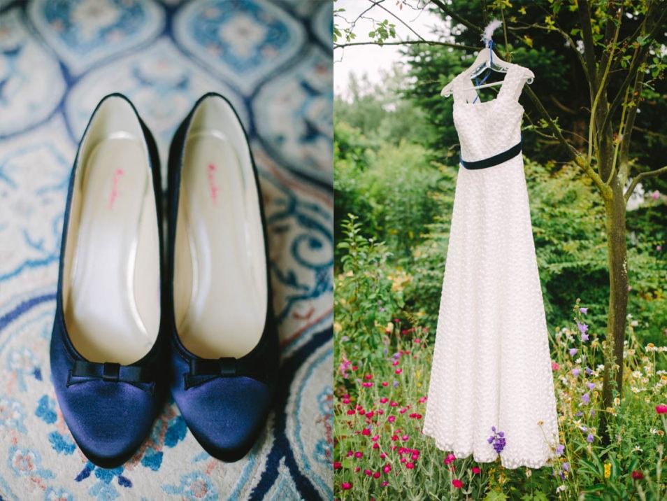 Hochzeitskleid mit blauen Accessoires