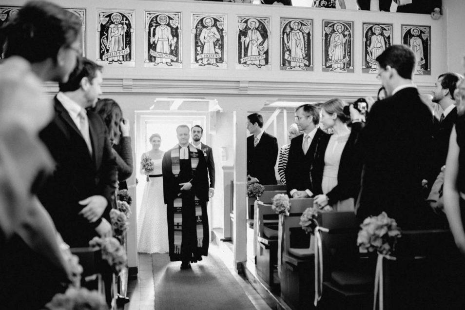Einmarsch in die Kirche zur Hochzeit