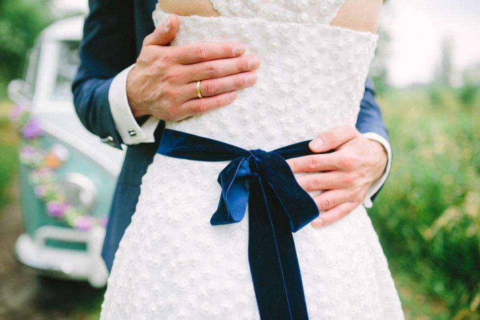 Blaues Samtband zum Brautkleid