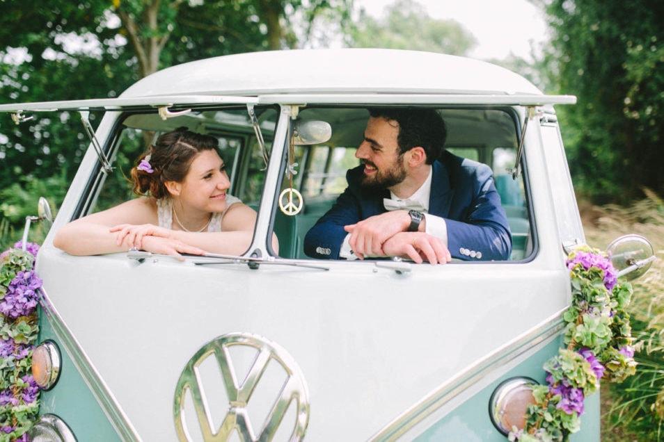 Brautpaar im VW Bus in türkis