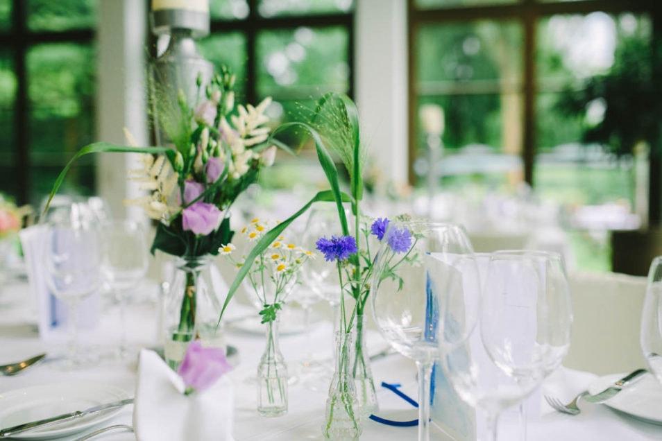 Blumen auf dem Hochzeitstisch