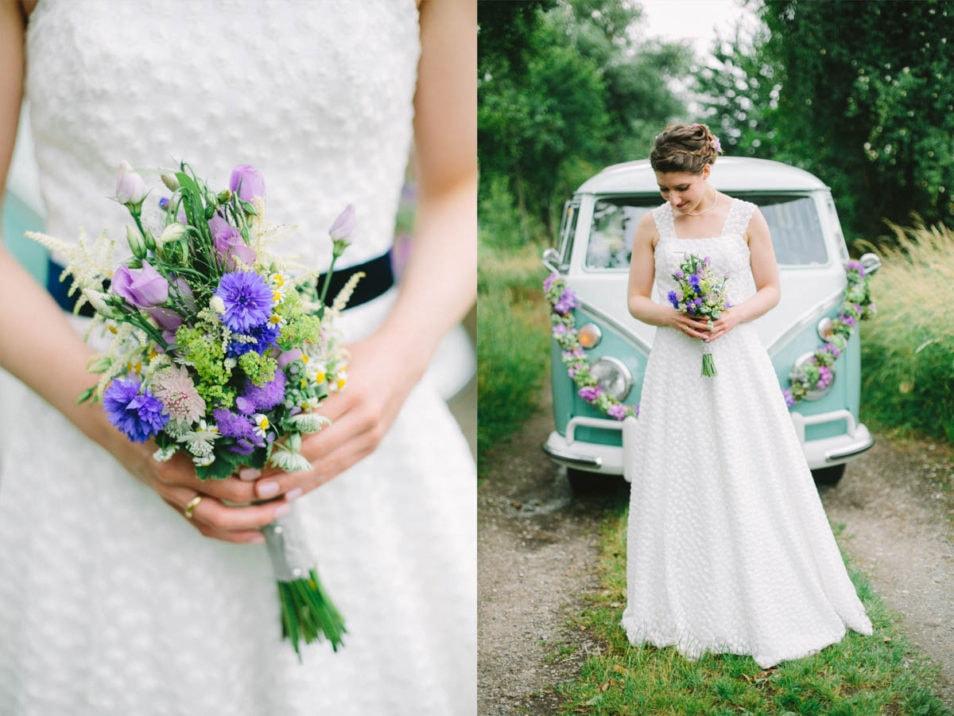 Braut steht vor VW Bulli nach der Hochzeit