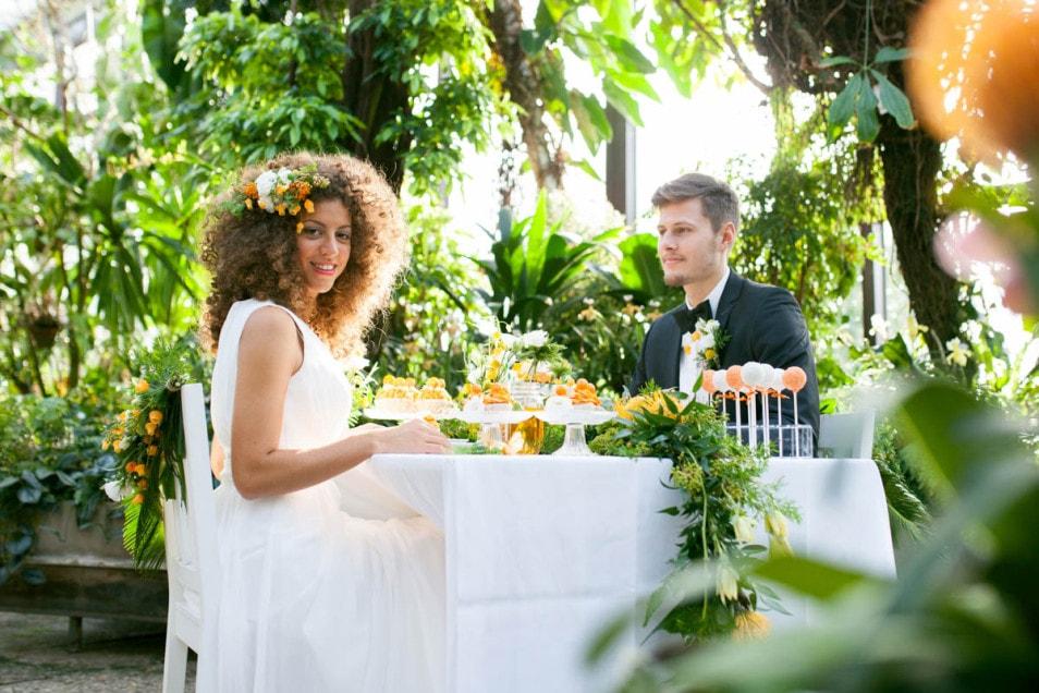 Brautpaar am dekorierten Tisch