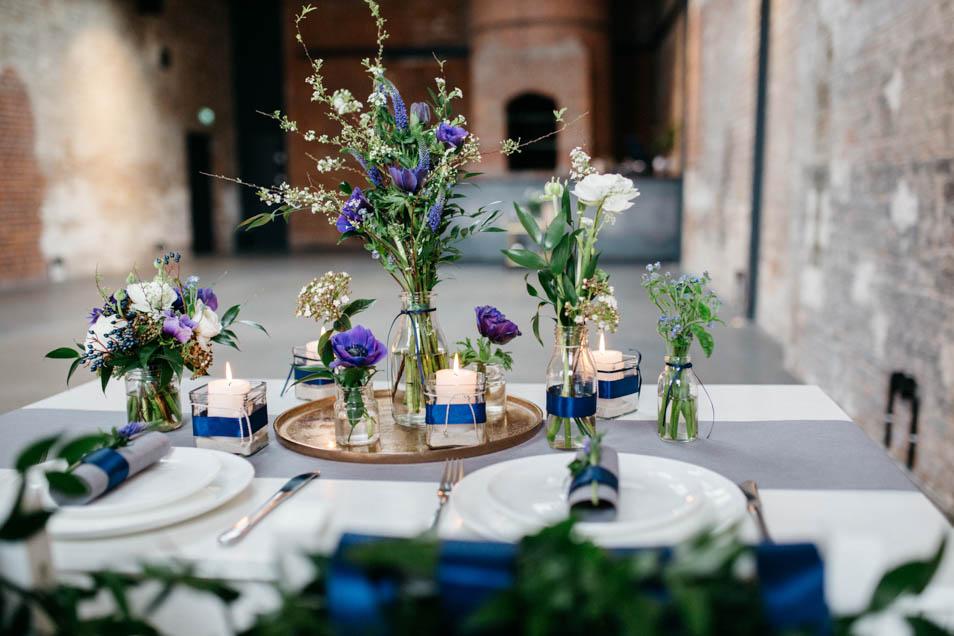 Blumenschmuck blau zur Hochzeit