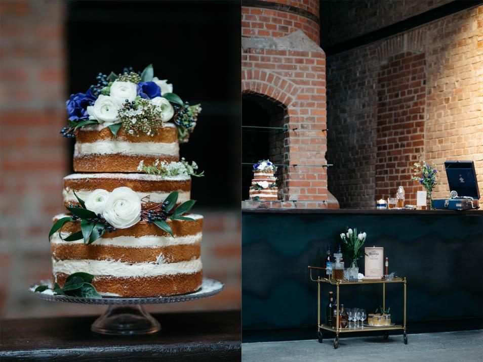 Hochzeitstorte mit blauen Details