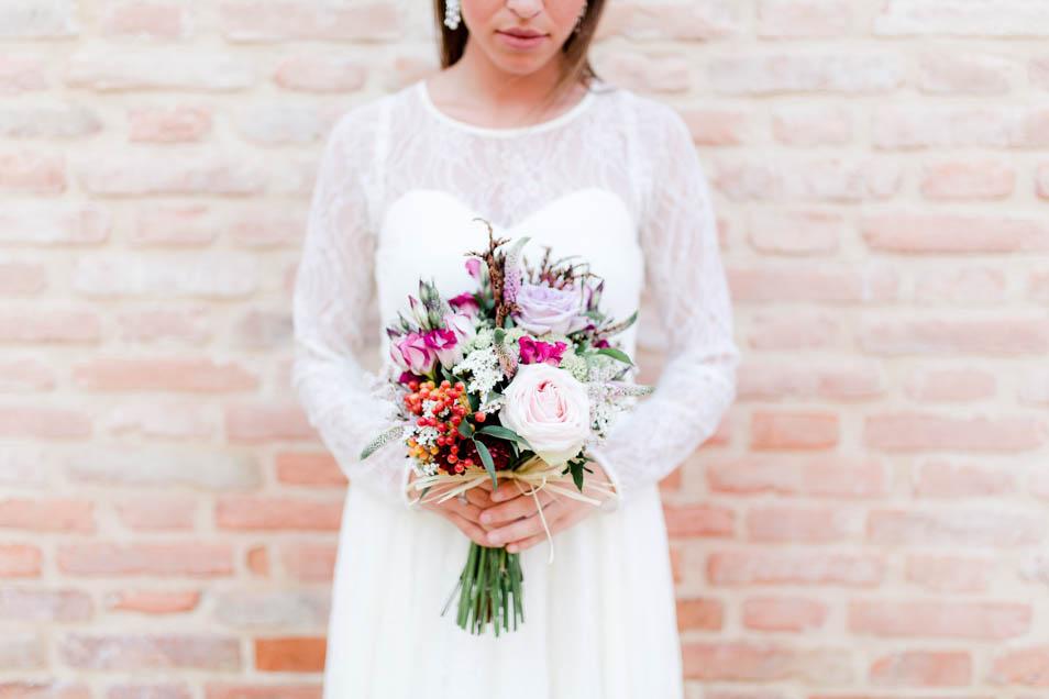wundervolles Blumenbouquet zum Brautkleid