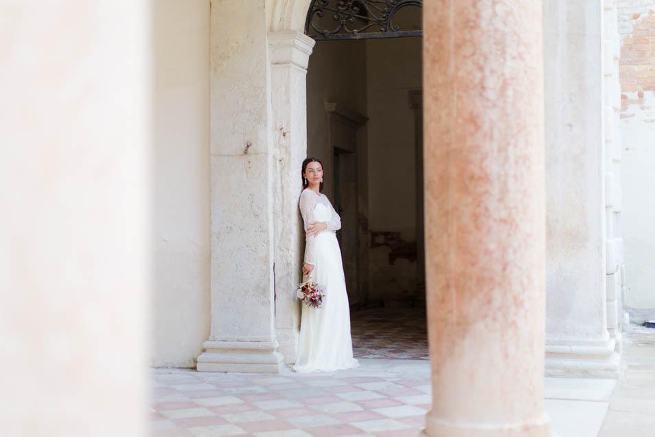 Braut nachdenklich mit Brautstrauss