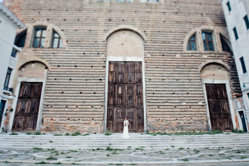 Braut vor historischem Gebäude