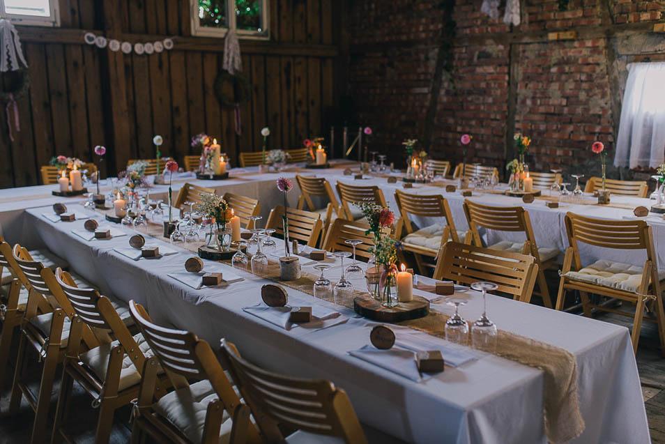 Hochzeitsfeier mit weißen Tischdecken