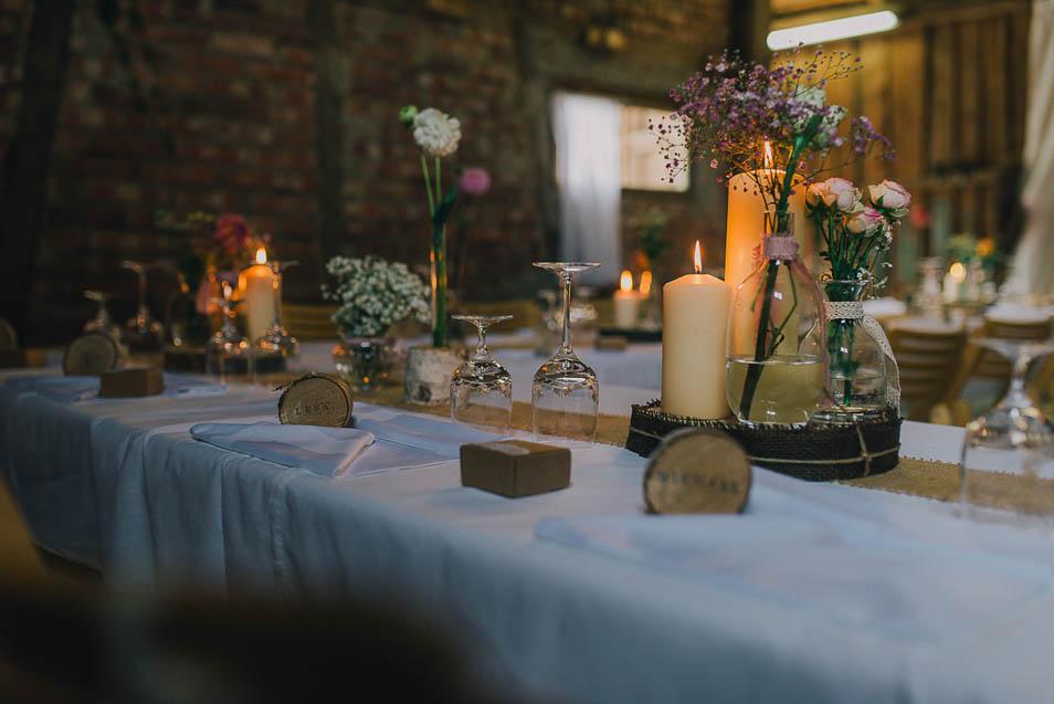 romantisches Kerzenlicht in der Hochzeits-Scheune