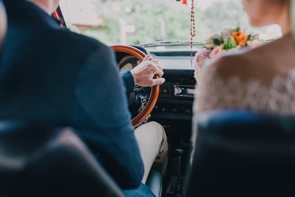 Brautpaar im VW Käfer