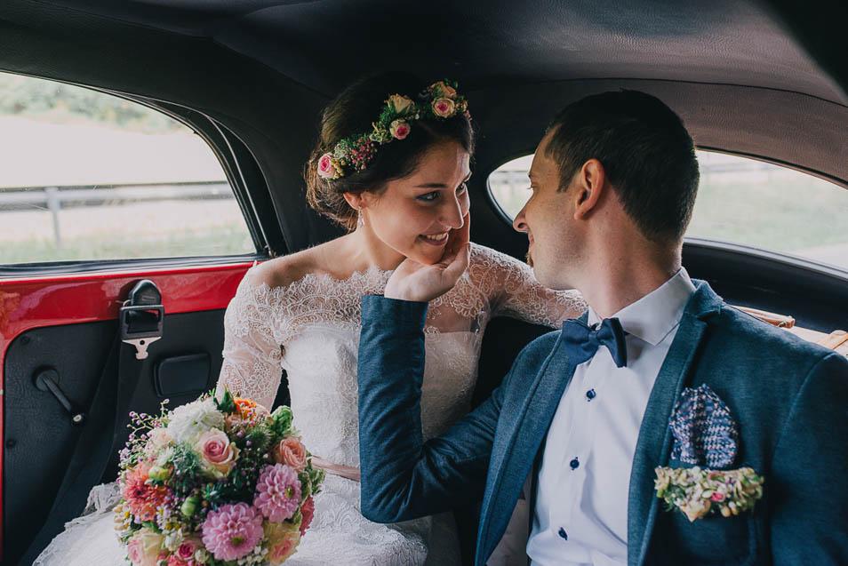 verliebtes Brautpaar auf dem Weg zur Trauung