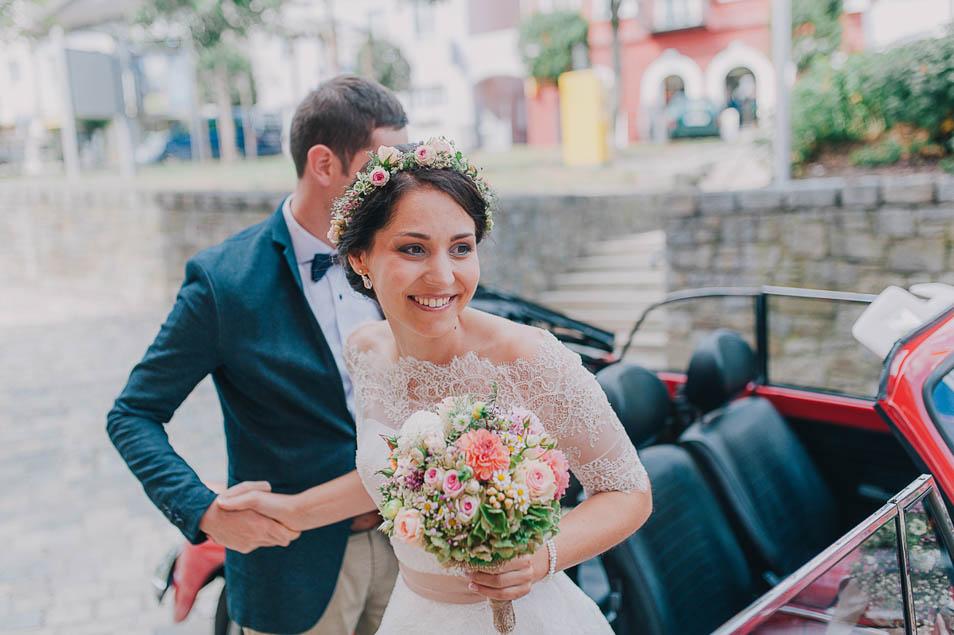 Brautpaar steigt aus dem Auto aus