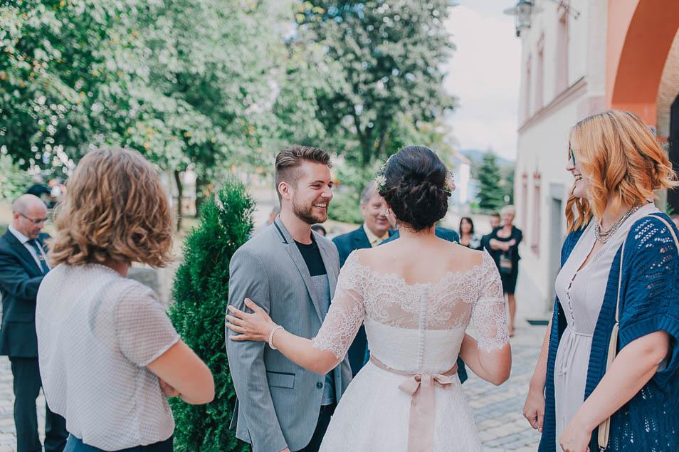 Braut begrüßt Gäste vor der Trauung
