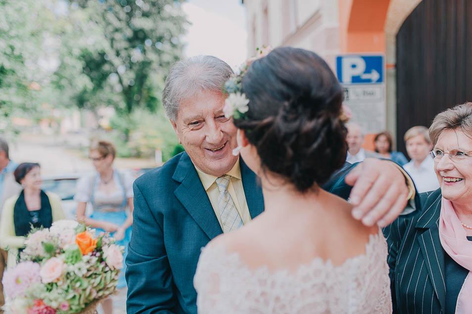 Eltern begrüßen Braut