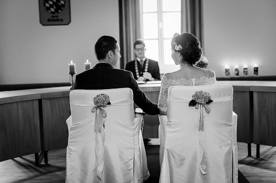 Brautpaar sitzt im Standesamt