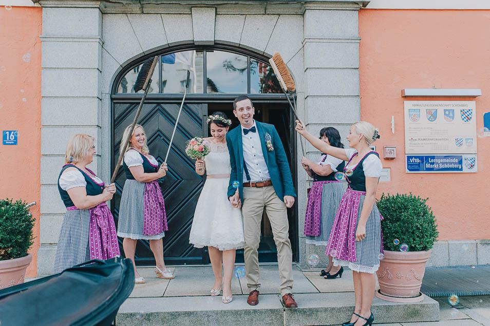 Brautpaar läuft durch Spalier