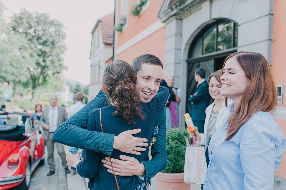 Freunde beglückwünschen Brautpaar