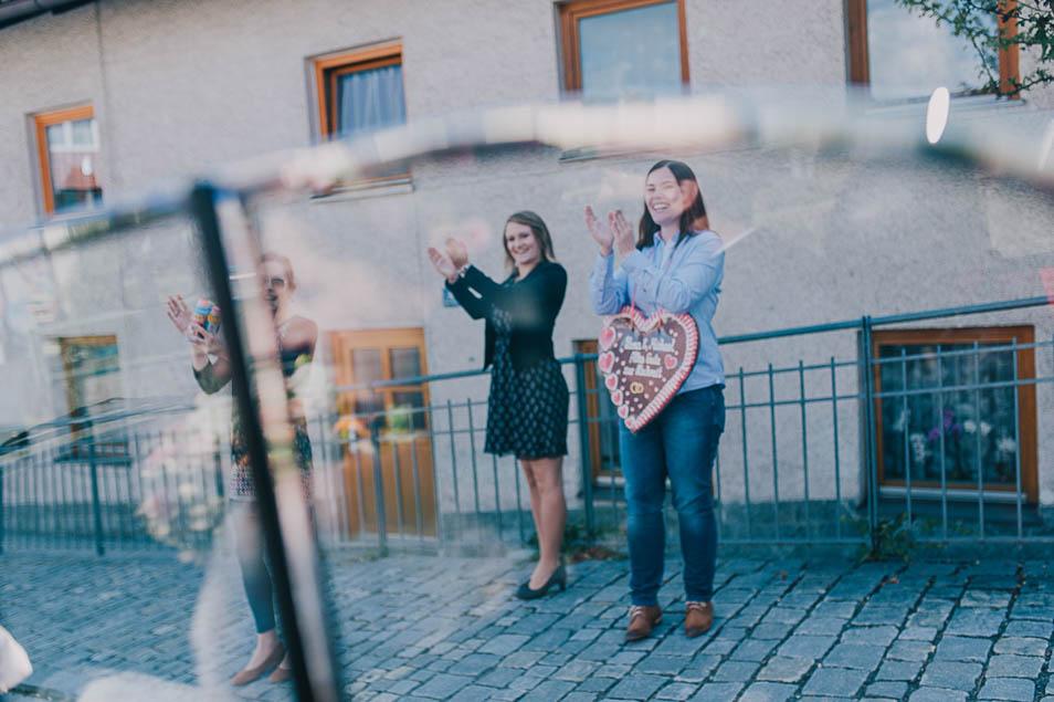 Applaus bei der Abfahrt des Brautpaars