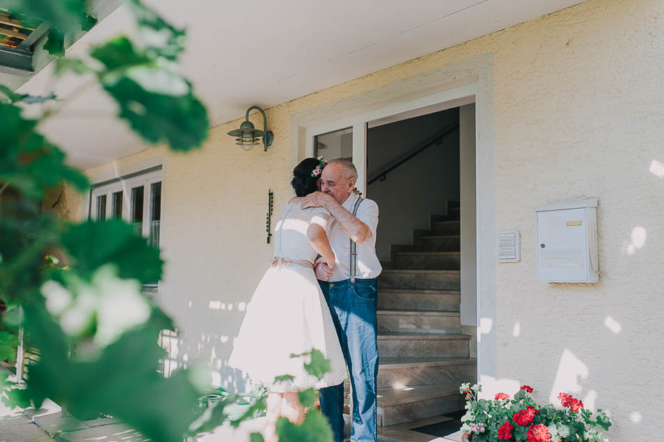 Großvater umarmt Braut