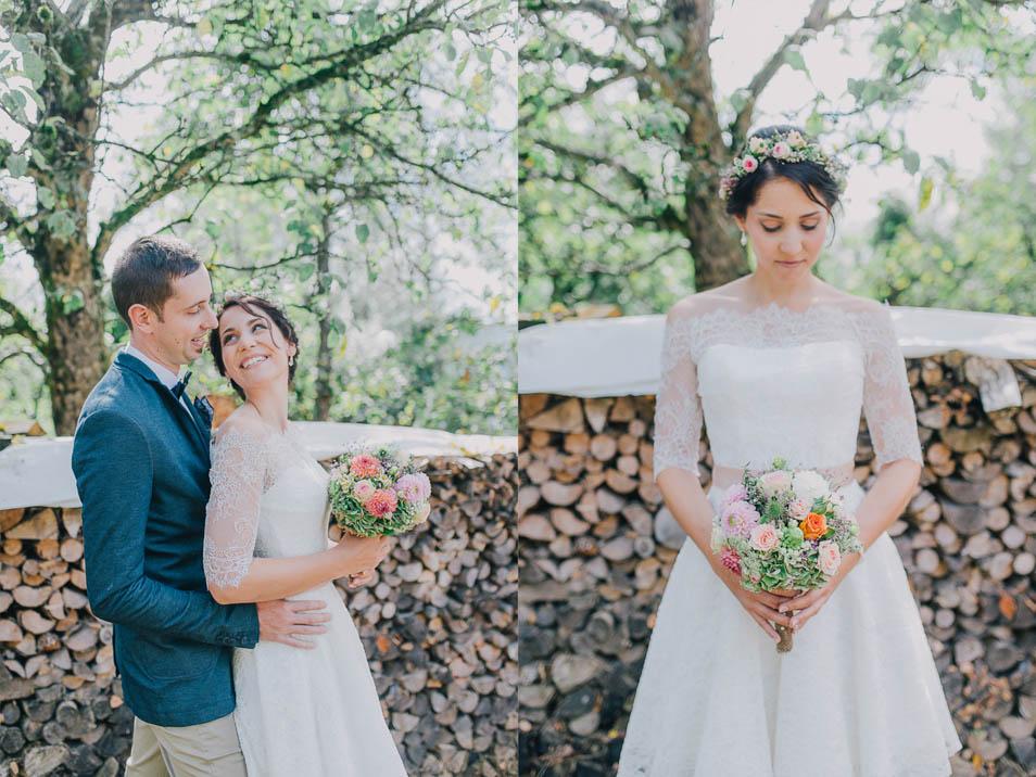 Braut in Spitzenkleid und buntem Brautstrauss