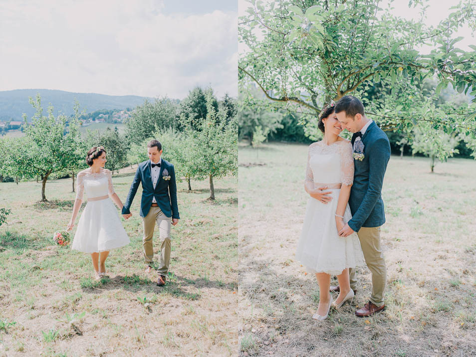 verliebtes Brautpaar auf Apfelwiese