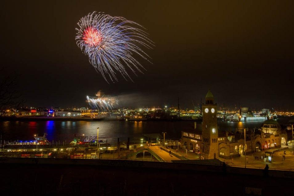 Hochzeitsfeuerwerk aus der Ferne im Hafen
