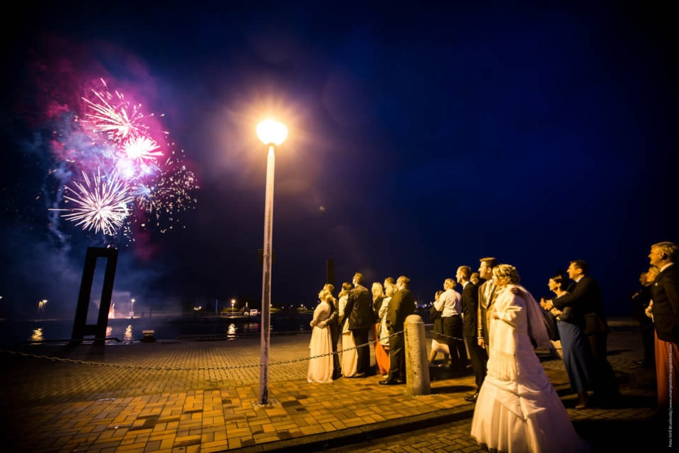 Hochzeitsfeuerwerk mit Braut