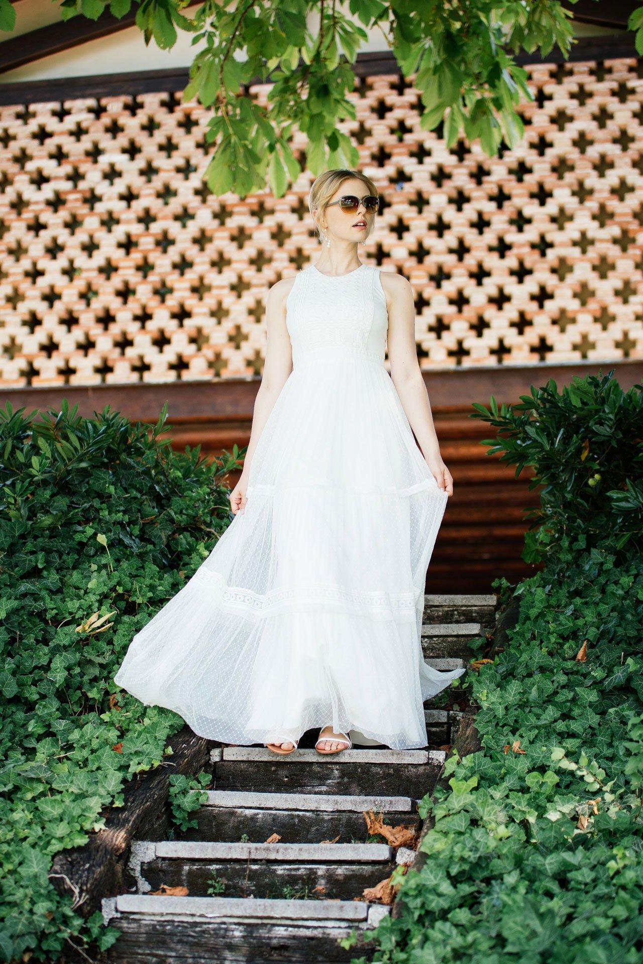 Boho Hochzeitskleid kombiniert mit lässiger Sonnenbrille