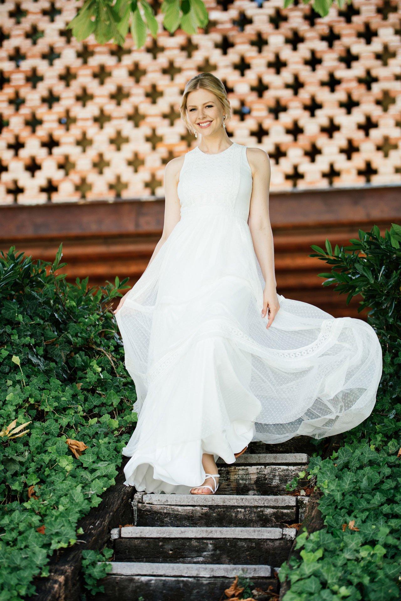 Boho Hochzeitskleid in Tupfen Tüll mit Ethno-Stickerei und Faltenrock
