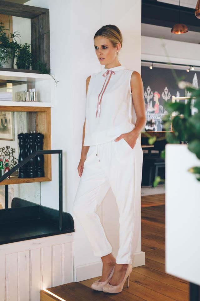 Brautanzug aus Crepe mit lässiger Hose und Schleifenbluse – Mimi