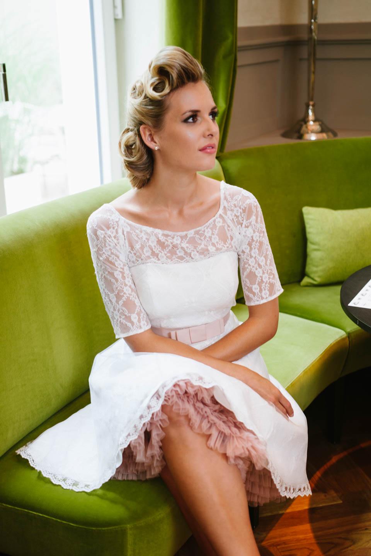 kurzes brautkleid 50er jahre mit petticoat spitze und t ll. Black Bedroom Furniture Sets. Home Design Ideas
