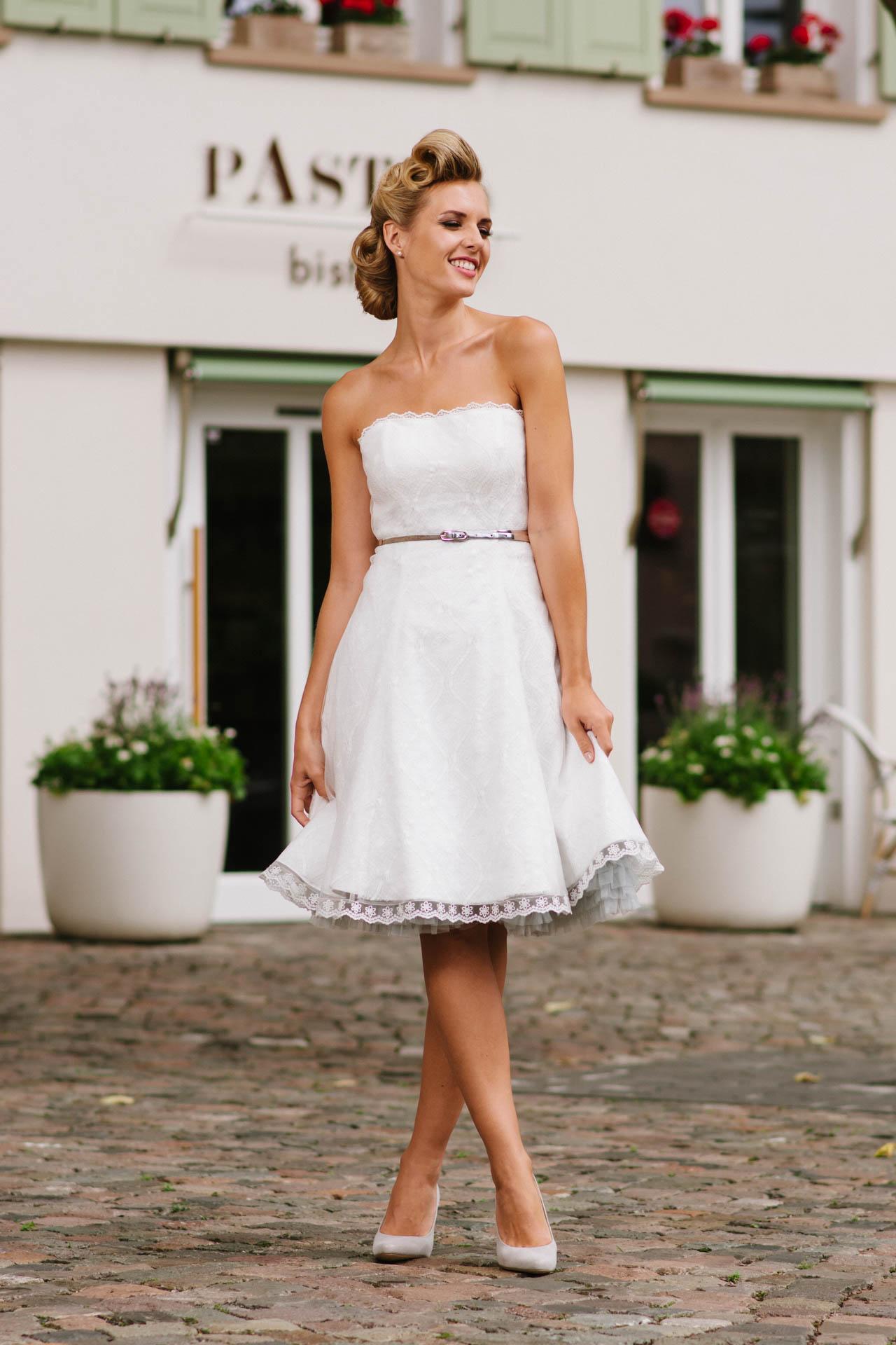 kurzes Brautkleid 50er Jahre mit Petticoat, Spitze und Tüll