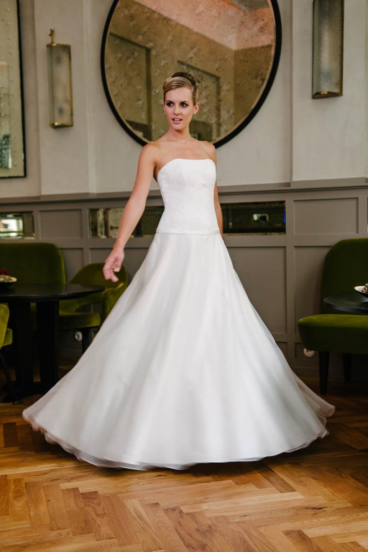 Brautkleid A-Linie in Seidenorganza und Spitze mit tiefer Corsage und Taschen