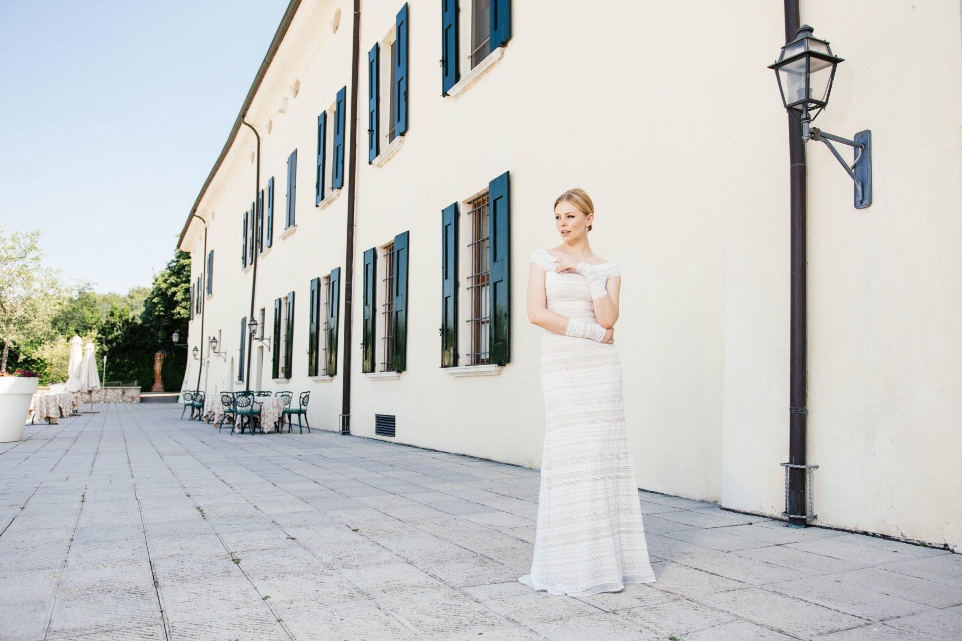 Brautkleid Carmenausschnitt in Streifenspitze