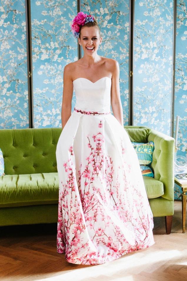 Brautkleid mit Farbe Kirschblütendruck Herzausschnitt