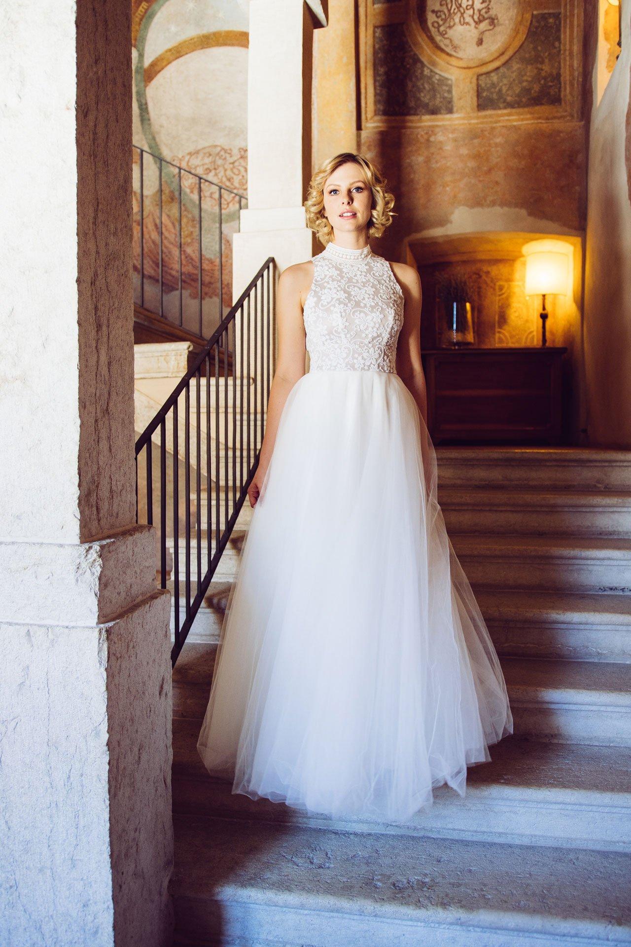 Schmales, kurzes Brautkleid mit Stehkragen und sexy Brautrücken