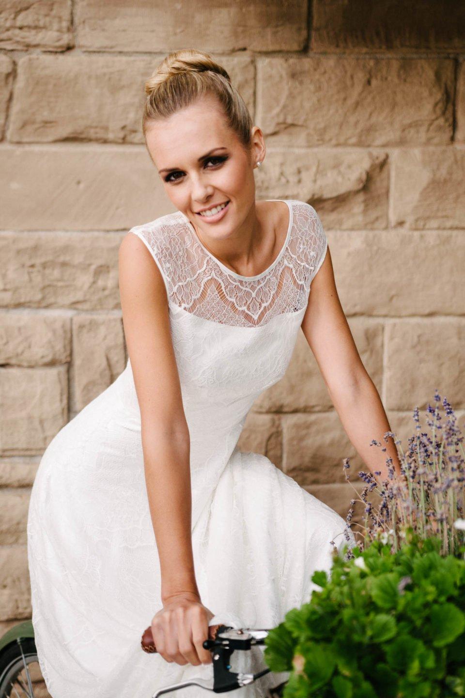 Brautkleid mit Trägern in großflächigem Spitzendessin