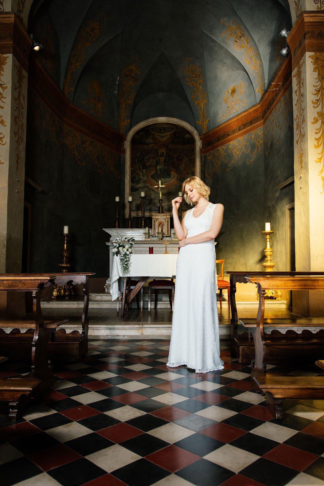 Brautkleid rückenfrei mit V-Ausschnitt in Kapelle