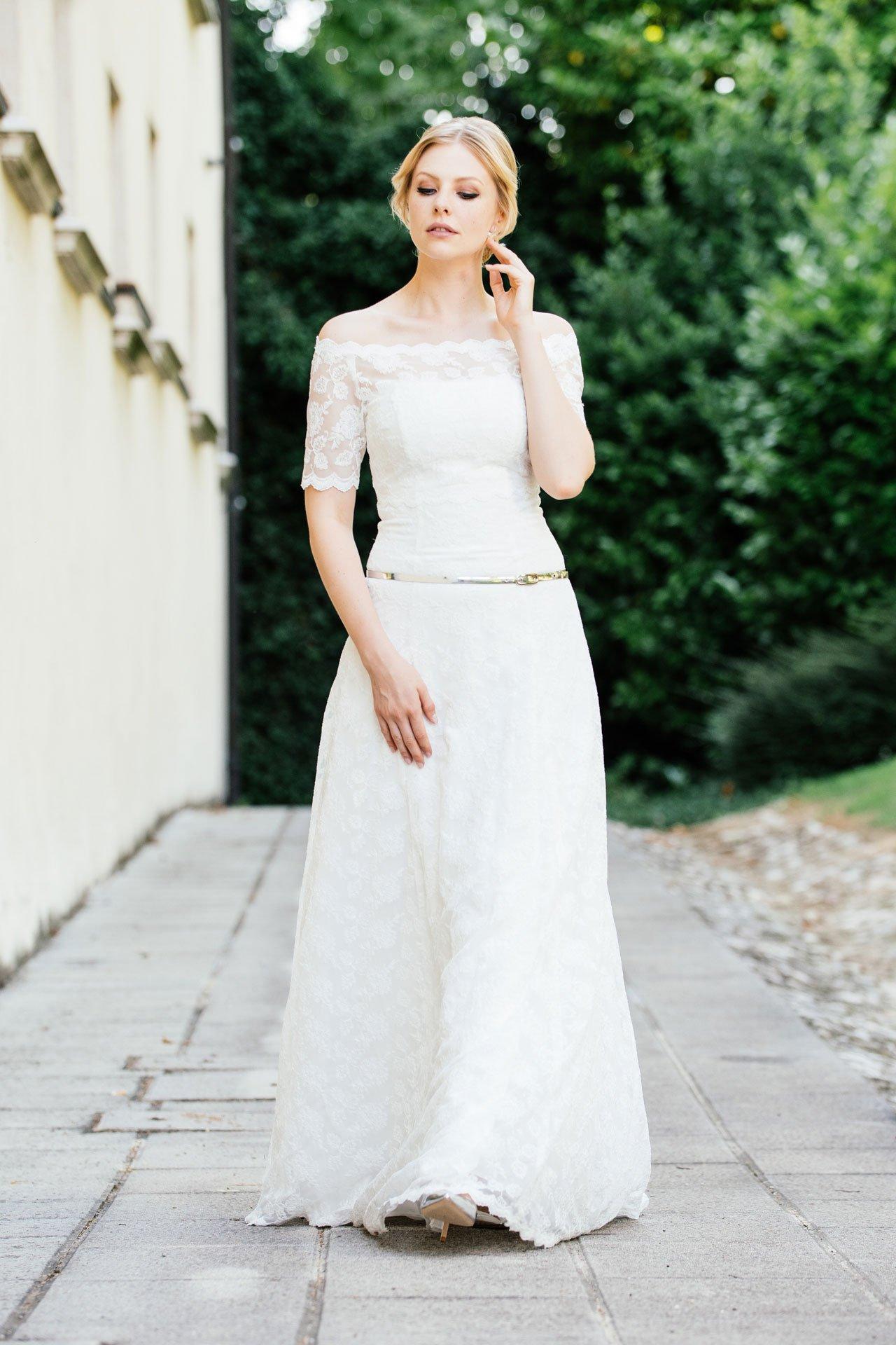 Brautkleid schulterfrei in schmaler A-Form mit ausgefallener Spitze