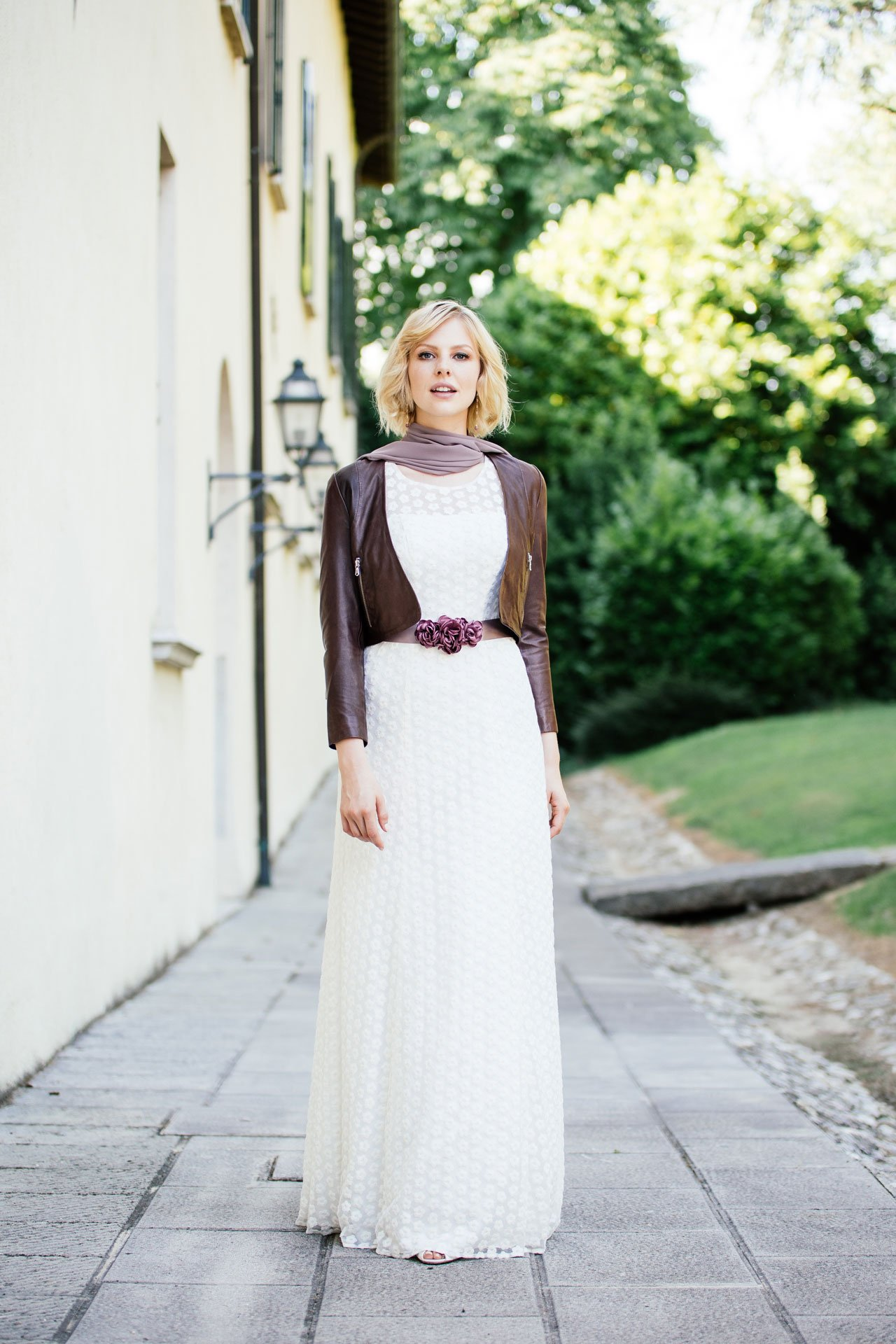 Brautkleid Spitze markant mit Lederjacke