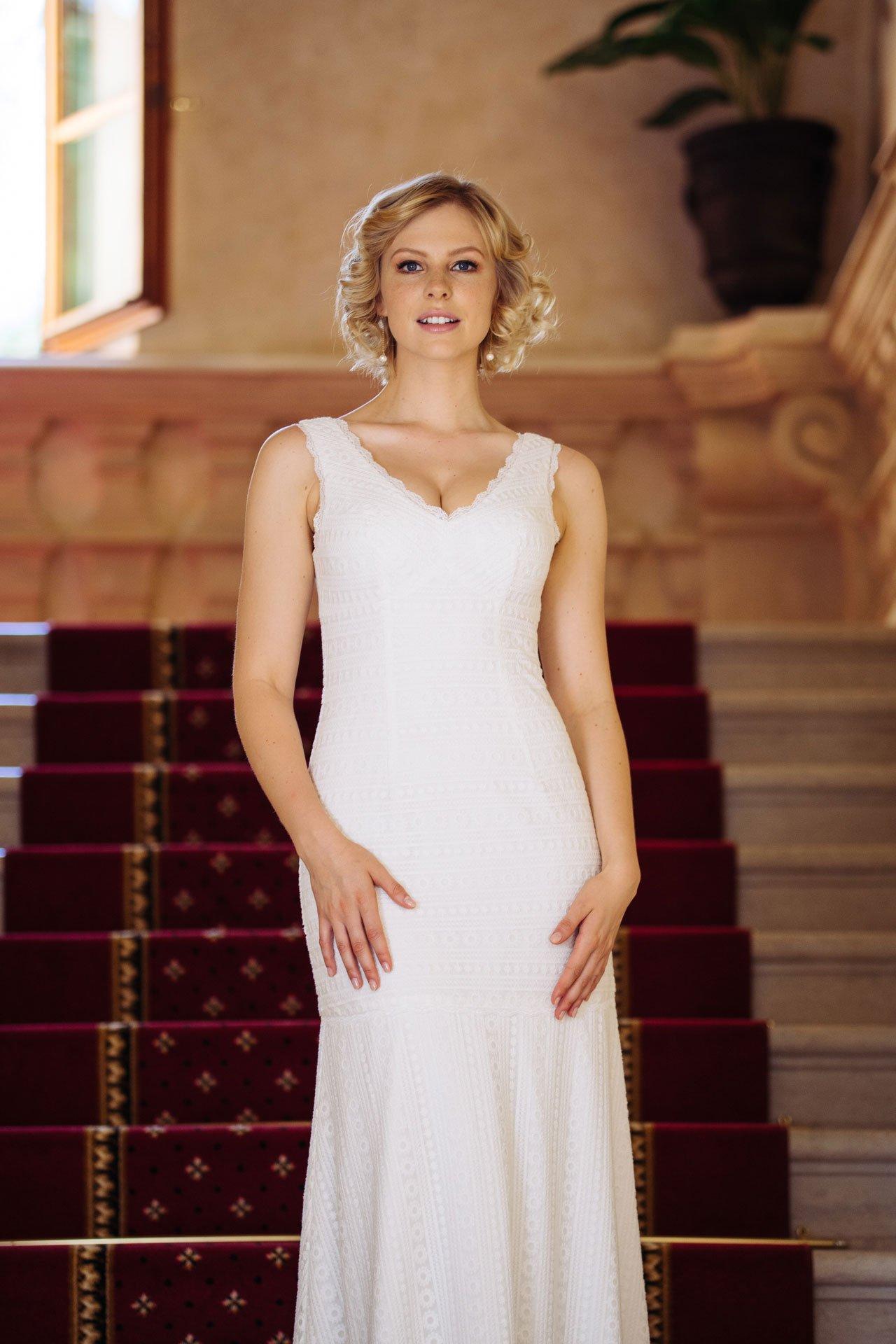 Brautkleid V-Ausschnitt in graphischer Spitze – Spitzenkleid mit Trägern