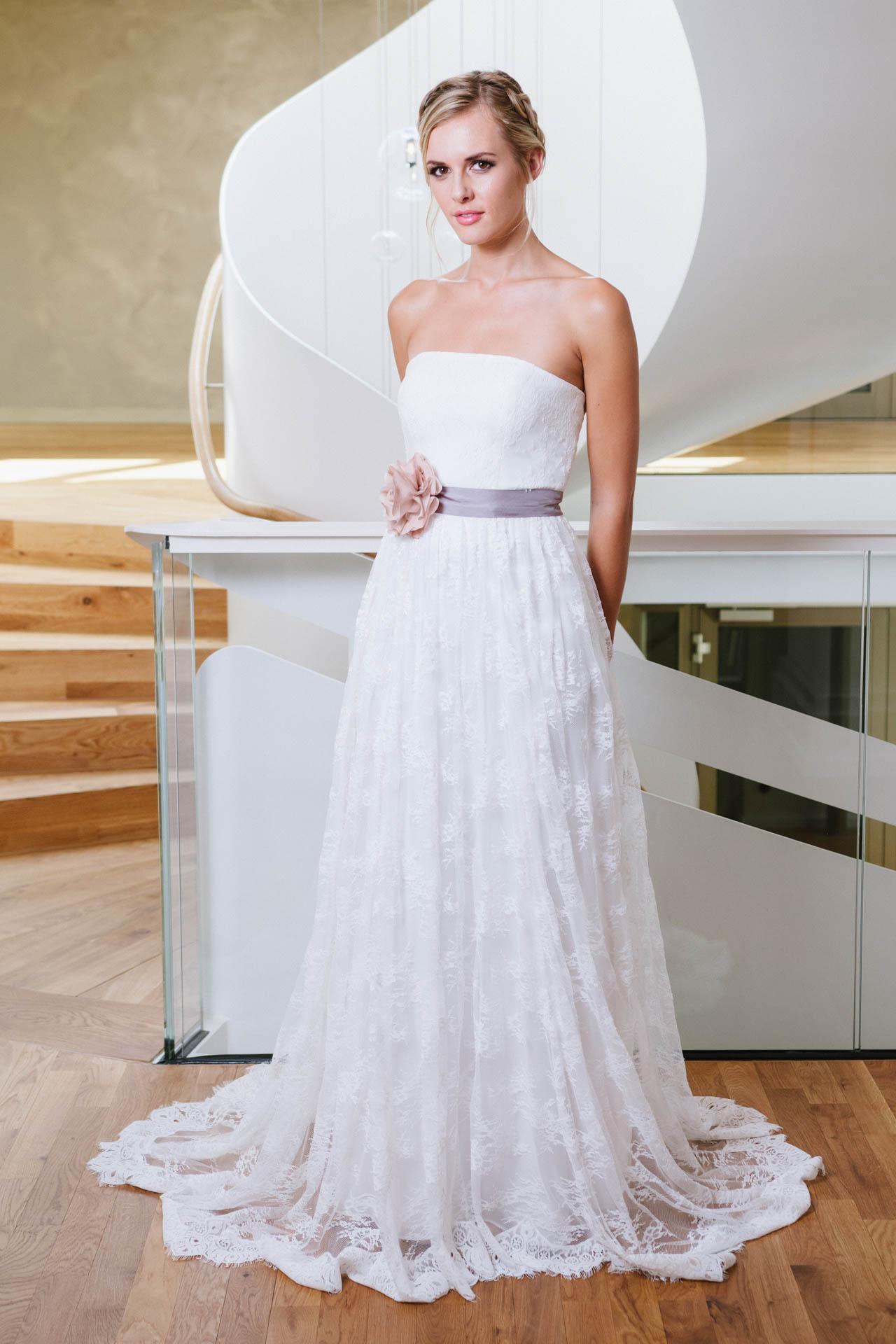 Hochzeitskleid in Spitze mit Seidenaccessoires