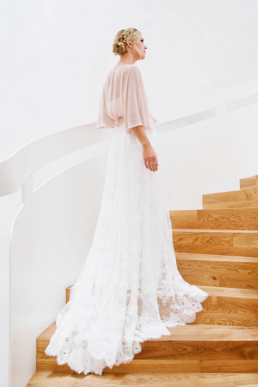 Hochzeitskleid mit Spitze und Stola