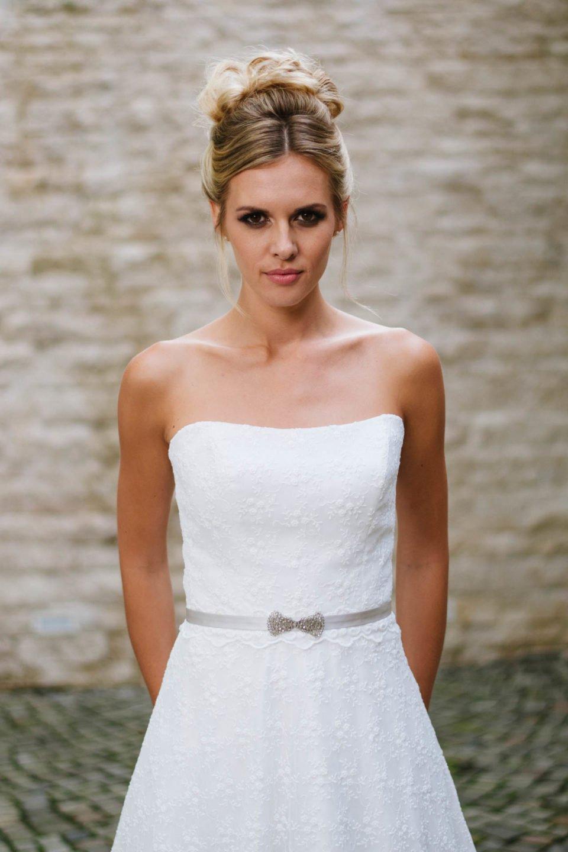 Hochzeitskleid trägerlos feminines Corsagenkleid in Blümchenspitze mit Schmetterling-Gürtel