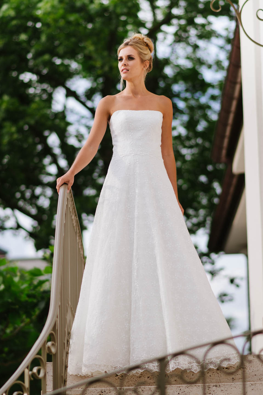 Hochzeitskleid trägerlos feminines Corsagenkleid mit weitem Rock in Blümchenspitze